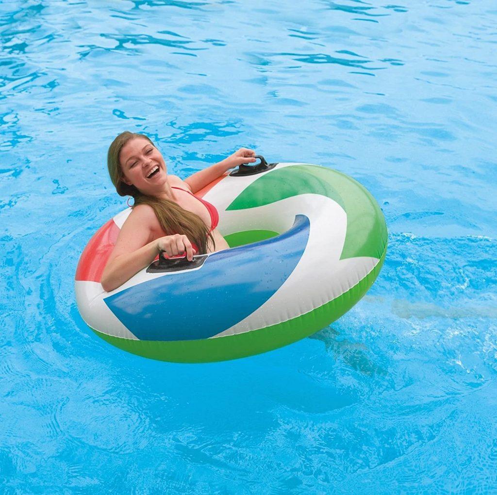 ciambella galleggiante in piscina